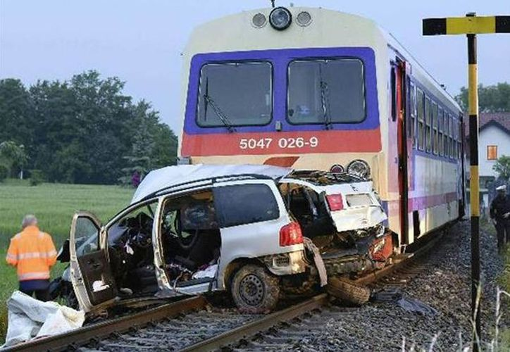 En el tren, un regional de dos vagones, viajaban menos de diez pasajeros y ninguno de ellos resultó herido en el siniestro. (EFE)