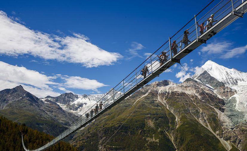 Uno de los puentes peatonales colgantes más largos del mundo se inauguró cerca de Zermatt, en Suiza. (Valentin Flauraud/AP).