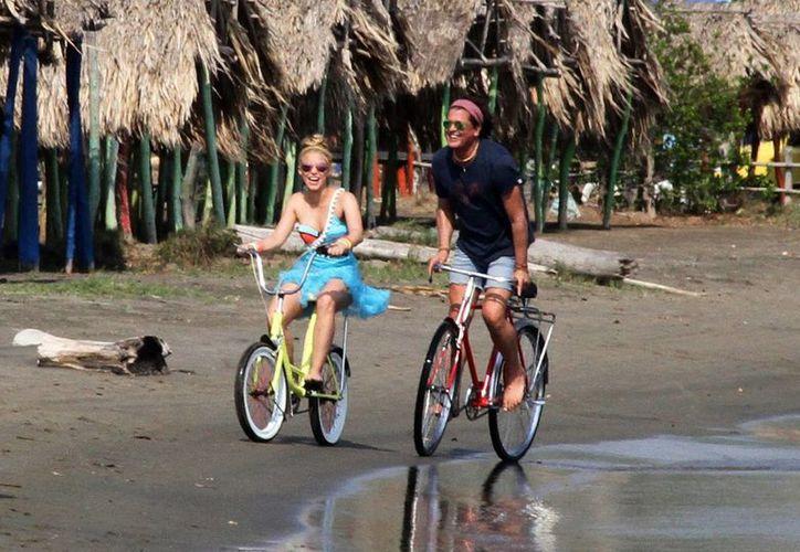 """Fotografía del 19 de mayo de 2016 donde se ve a los cantantes colombianos Shakira y Carlos Vives durante la grabación del vídeo de la canción """"La bicicleta"""" en Barranquilla, Colombia. (EFE)"""