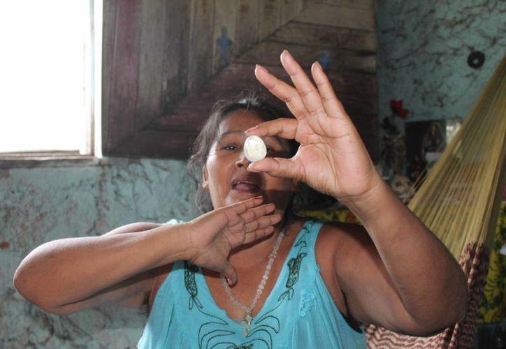 """La santera conjuga tradiciones mayas, como la utilización de la piedra """"sastun"""". (Carlos Horta/SIPSE)"""