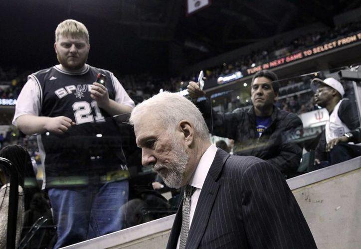 Gregg Popovich, de Spurs, se convirtió este lunes en el noveno entrenador en llegar a 1,000 triunfos en temporada regular de la NBA, pero es el tercero que lo logra con mayor rapidez. (AP)