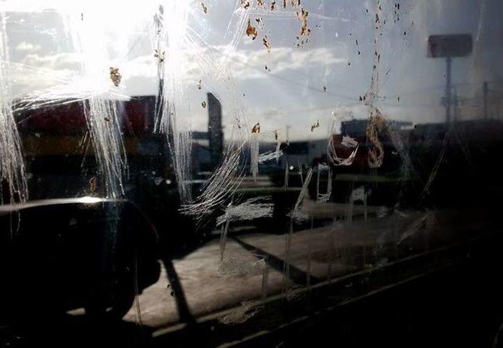 El rector de la Uady, José de Jesús Williams, alertó a los estudiantes sobre el mal estado de algunas unidades de transporte urbano. La imagen es de la ventanilla de un minubús en la ruta Petronila. (Eduardo Vargas/SIPSE.com)