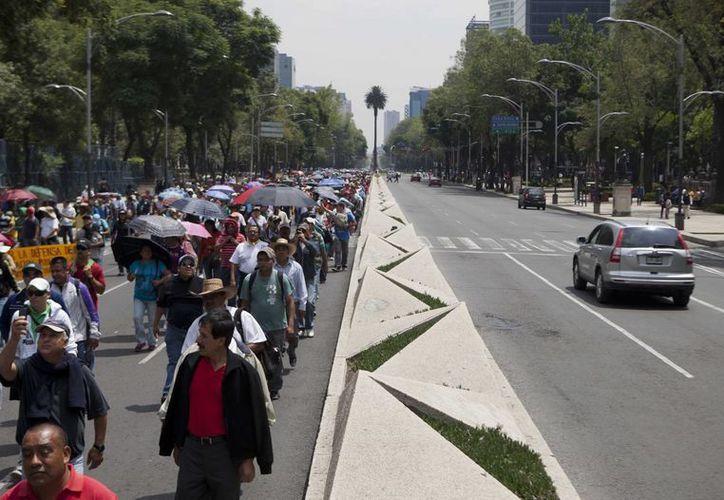 Cientos de maestros bloquean el paso vehicular en el Paseo de la Reforma. (Agencias)