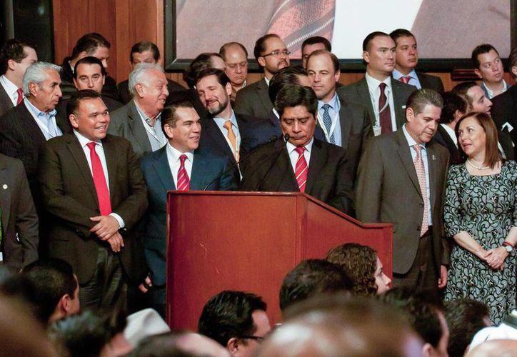 El gobernador Rolando Zapata (i) estuvo este miércoles en la Ciudad de México para celebrar un aniversario más de la CTM. (Foto cortesía del Gobierno de Yucatán)
