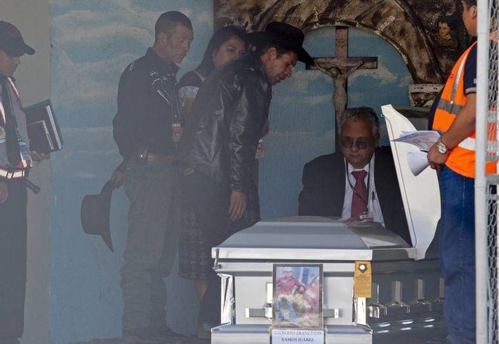 """""""Mejor que no se vayan para que no les pase como a mi hijo"""", expresó el padre de Gilberto. (AP)"""