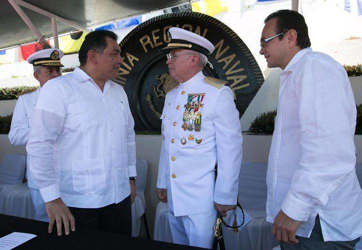 El secretario de Gobierno, Víctor Caballero Durán, acudió a Isla Mujeres, al cambio de mando de la V Región Naval, en representación del gobernadorde Yucatán, Rolando Zapata Bello. (SIPSE)