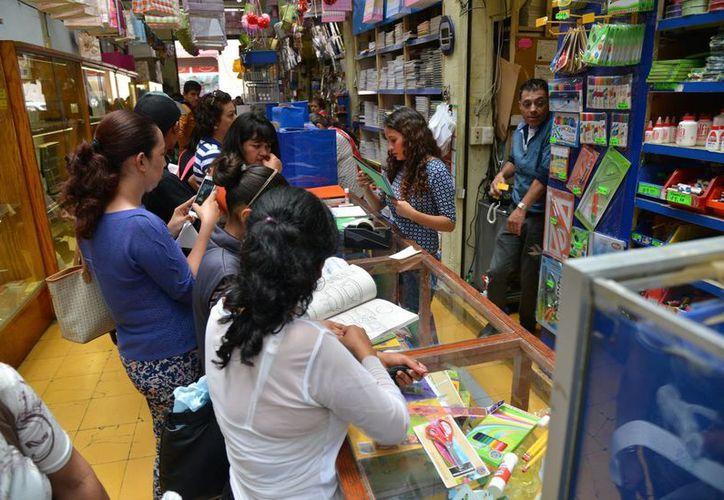 Cada día aumenta el gasto que las familias dedican a la educación, de ahí el convenio firmado por la Profeco y la SEP. En la imagen, compra de útiles escolares en Morelia, Michoacán, el pasado 21 de agosto. (Archivo/Notimex)
