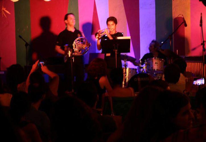 La Casa de Cultura Elena Poniatowska puso fin a sus actividades este miércoles con  Noche de Jazz con Roberto Verástegui a la que asistió bastante público. (Imágenes de SIPSE)