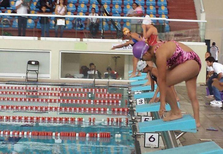 Samantha Elizabeth Cabrera Canul practica la natación. (Rubí Velázquez/SIPSE)