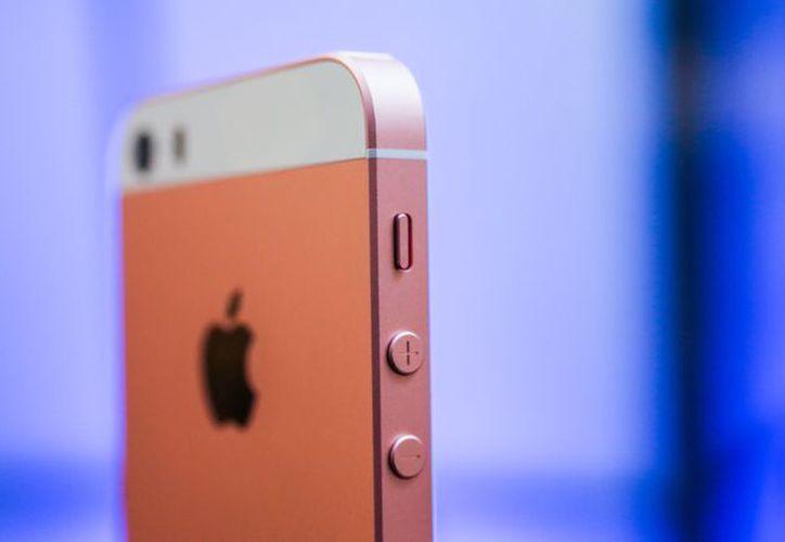 Apple podría presentar en agosto una versión mejorada del iPhone SE. (Foto: CNET)