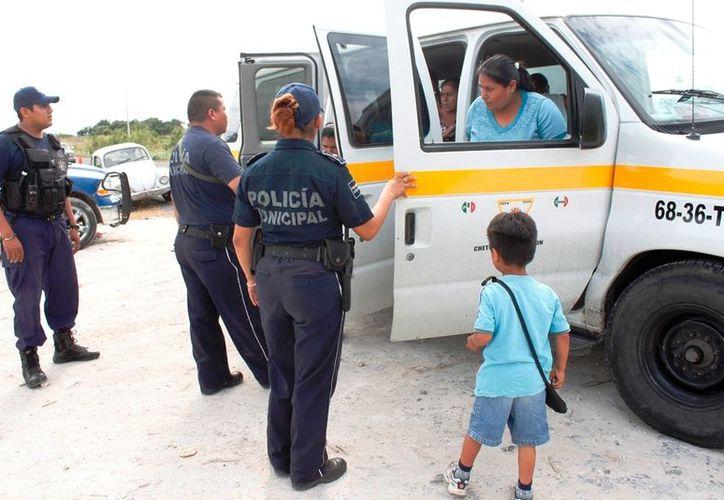 Ni las unidades de transporte público se salvaron de ser revisadas por los elementos de la Policía Municipal Preventiva. (Francisco Sansores/SIPSE)