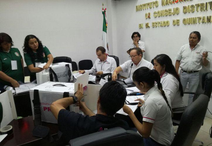 Estuvieron los representantes de los partidos políticos, consejeros distritales y una persona d Consejo Local del INE. (Joel Zamora/SIPSE)
