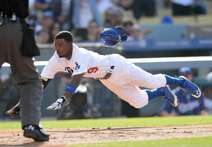 El angelino Dee Gordon intenta llegar a la tercera base en partido contra Cardenales. (Foto: AP)
