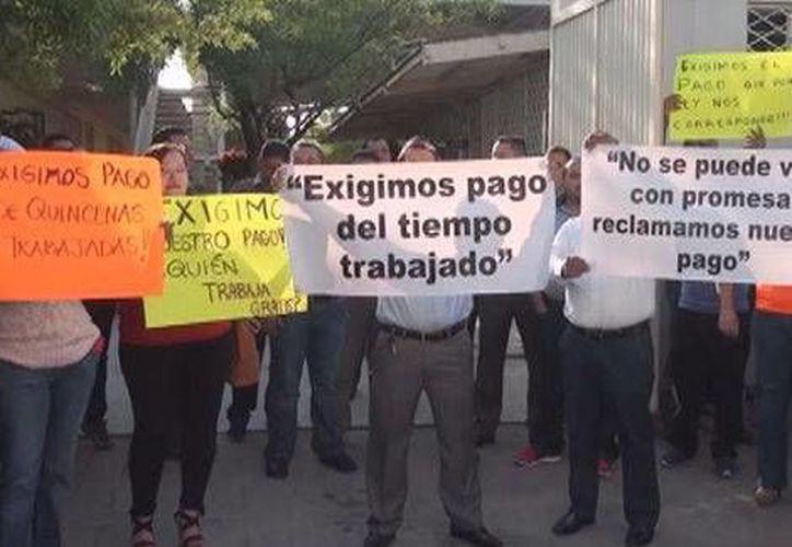 Los maestros de Linares no han recibido sus pagos desde hace 14 quincenas, y en algunos casos desde 2014. En la foto, la manifestación de los docentes. (Foto tomada de Milenio Digital)