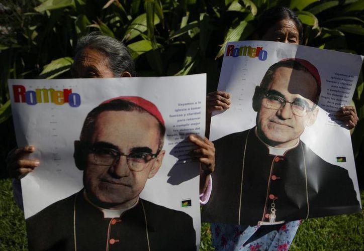 Víctimas del conflicto armado salvadoreño sostienen carteles con la imagen de Monseñor Romero, quien se caracterizó por defender a los más pobres y desprotegidos. (EFE/Archivo)
