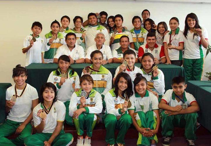 Los deportistas yucatecos muestran sus medallas que ganaron en el Campeonato Nacional Frontera Sur en Xalapa, Veracruz. (Milenio Novedades)