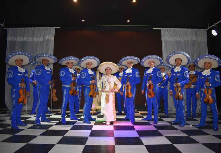 """Edith Encalada grabó """"La mujer que yo amo"""" con el mariachi """"Alma de Juárez"""". (Jocelyn Díaz/SIPSE)"""