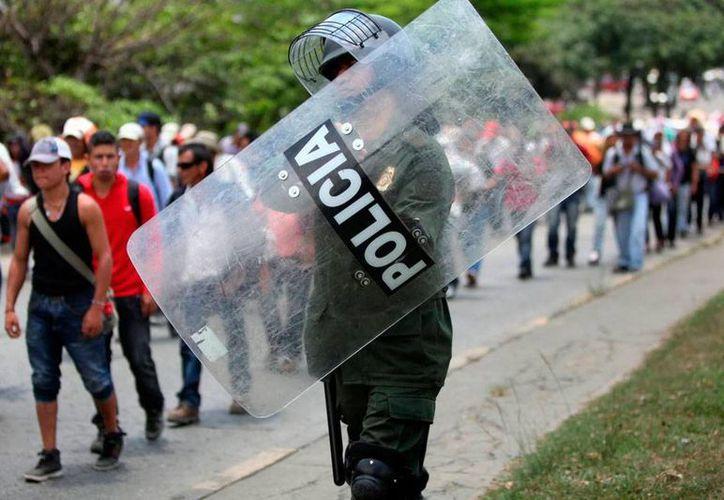 La Policía Nacional de Colombia pretende bajar la cifra de homicidios en riñas, por lo que ahora ya no utilizarán armas de fuego, sino de descargas eléctricas. (Archivo/Efe)