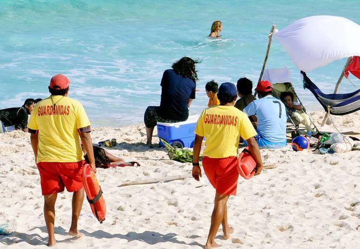 Los guardavidas estuvieron atentos en las playas más concurridas de la isla, donde no se reportaron personas ahogadas. (Redacción/SIPSE)