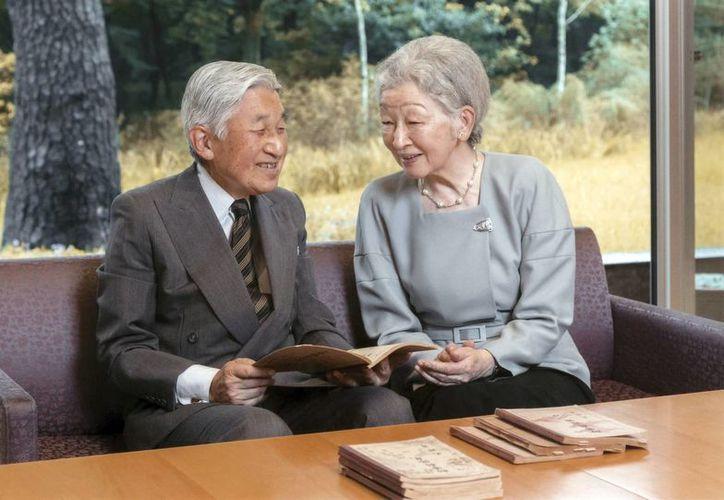 El deseo de Akihito a renunciar al trono del Crisantemo, como se conoce a la monarquía japonesa, sorprendió incluso a su propia esposa, la emperatriz Michiko. (Agencia de la Casa Imperial de Japón/The Associated Press)