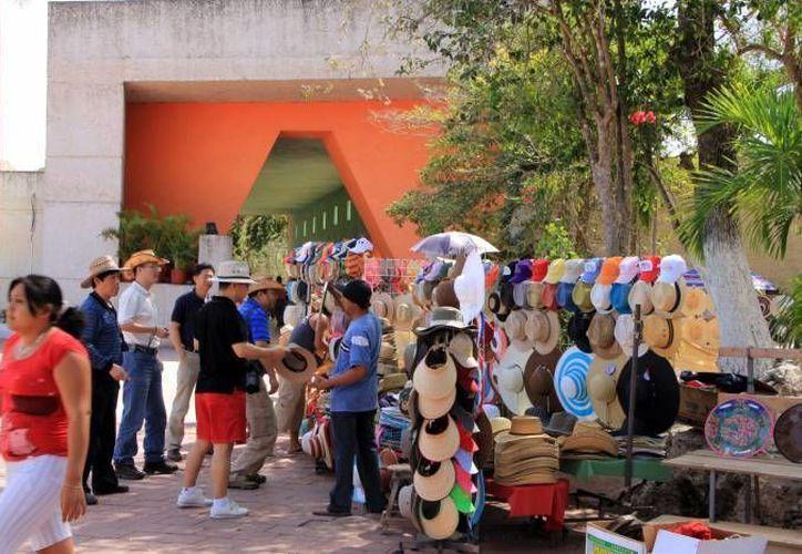 Cultur mantuvo pláticas con los vendedores y artesanos que operan en las inmediaciones de Chichen Itzá para evitar que estos importunen a los turistas que llegan a la zona. (Archivo/ SIPSE)