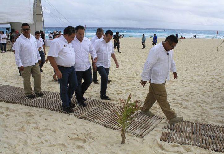 El gobernador del Estado recorrió playa Delfines durante el arranque del operativo. (Sergio Orozco/SIPSE)
