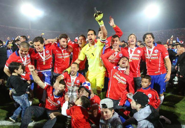 Con un gran nivel de juego y ganandole a la poderosa Argentina la final definida por penales, Chile conquistó su primera Copa América de la mano del director técnico Jorge Sampaoli. Esto durante junio del 2015. (Imágenes de AP)