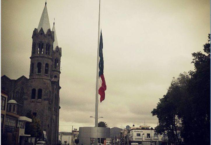 Aumenta a 14 cifra de muertos por explosión en Tlaxcala, izan bandera a media asta por duelo. (Milenio)