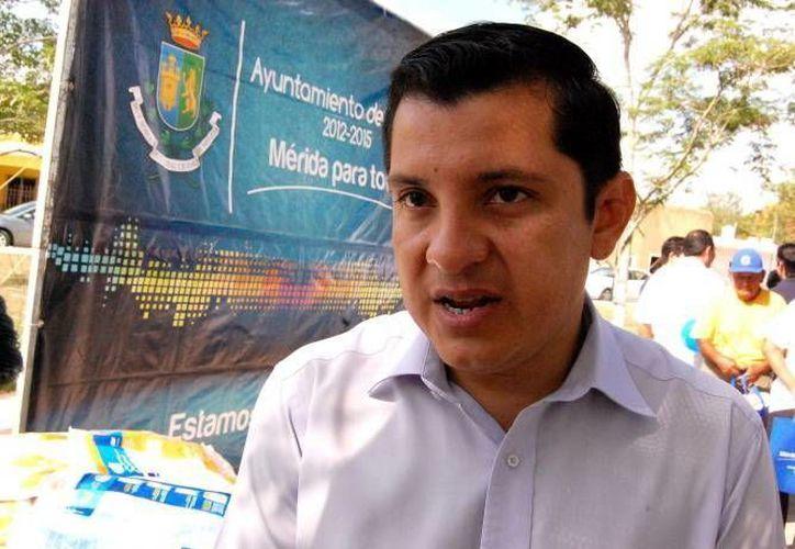 Manuel Díaz Suárez, director del Instituto Municipal de Salud, pide a la población no automedicarse. (Milenio Novedades)