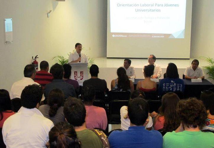 Imagen del taller al que asistieron los alumnos de la Universidad Marista y el cual fue impartido por la STPS. (Milenio Novedades)