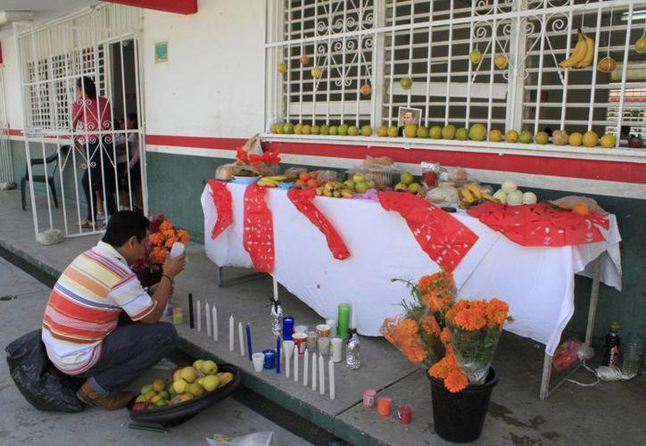 En los planteles educativos se instalaron altares. (Sergio Orozco/SIPSE)