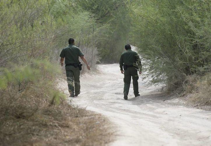 En la imagen, agentes estadounidenses de la Guardia Fronteriza caminan en una carretera próxima al Río Grande en McAllen, Texas. (Archivo/EFE)