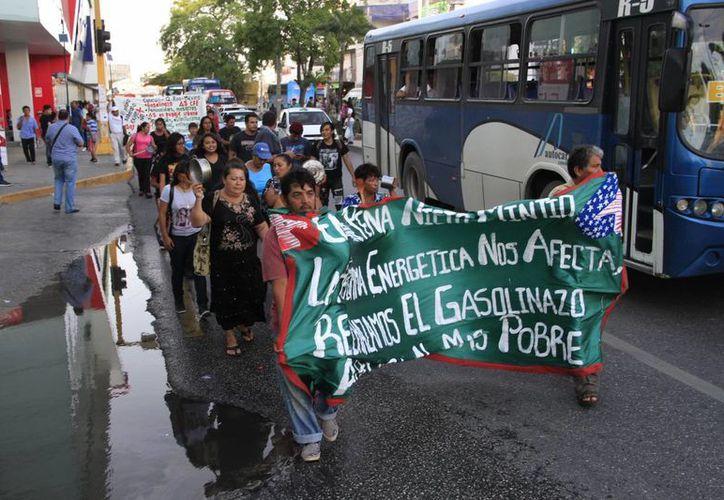 """Los ciudadanos marcharon del parque """"El Crucero"""" hasta el palacio municipal. (Tomás Álvarez/SIPSE)"""
