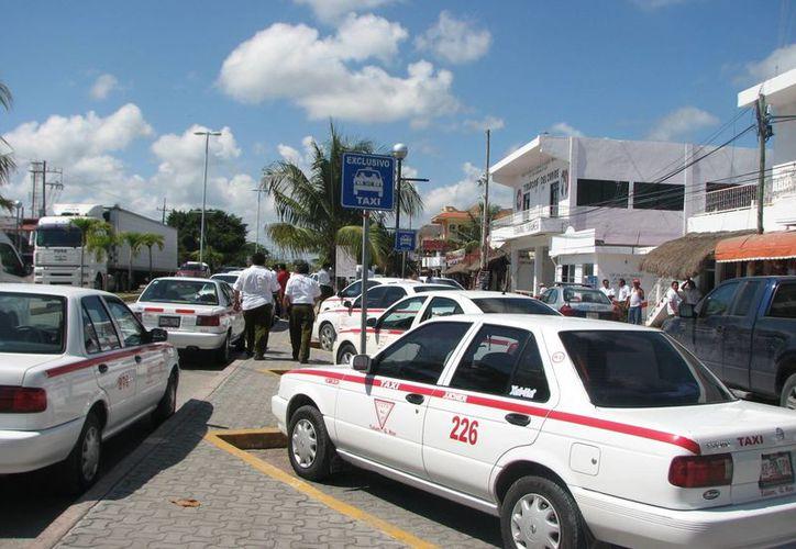 """El precio de las """"placas"""" de taxis que hasta hace dos años tenían un costo de 800 mil pesos, actualmente  por saturación del servicio cayeron a 100 y 130 mil pesos. (Rossy López/SIPSE)"""