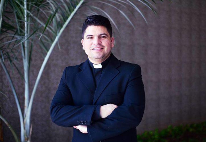 """El sacerdote Rhonald Rivero, mejor conocido como el """"Padre 2.0"""" ofrecerá una conferencia acerca de los valores en redes sociales. (Milenio Novedades)"""
