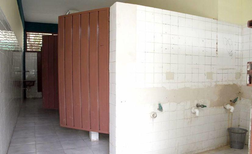 Entre las necesidades ponen como ejemplo las condiciones de los baños de los alumnos. (Tomás Álvarez/SIPSE)