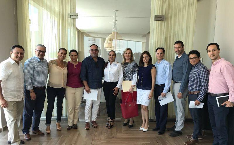 Ludivina Menchaca sostuvo una reunión con empresario hoteleros de Puerto Morelos. (Redacción)