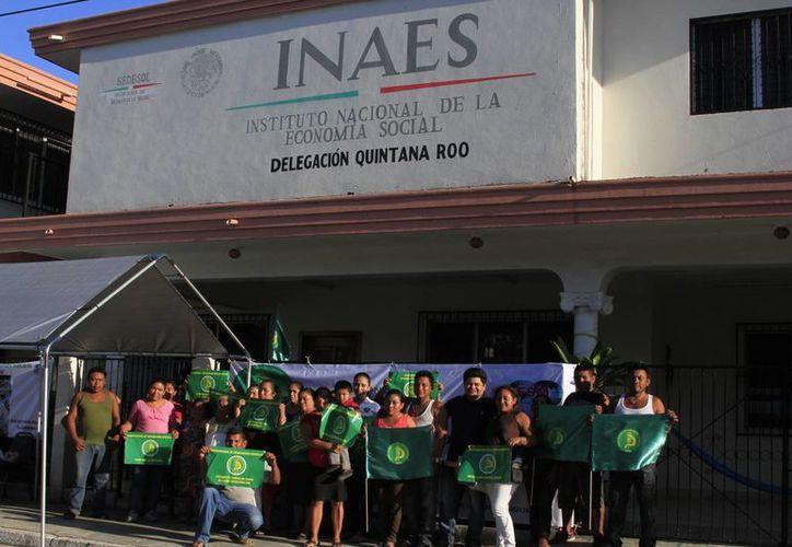 Trabajadores de la Unión Nacional de Trabajadores Agrícolas se organizaron para exigir una respuesta al Inaes. (Ángel Castilla/SIPSE)