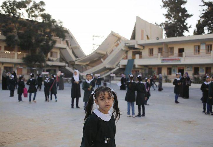 Las autoridades educativas indicaron que más de 20 escuelas en la Franja de Gaza resultaron severamente dañadas por el fuego de Israel. (EFE)