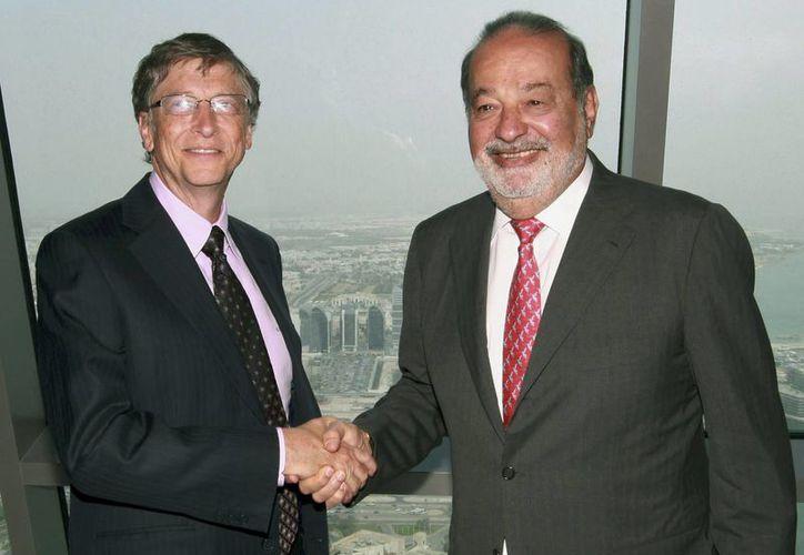 Bill Gates (izq.) y Carlos Slim, estrechan sus manos durante la entrevista exclusiva concedida a EFE. (EFE)