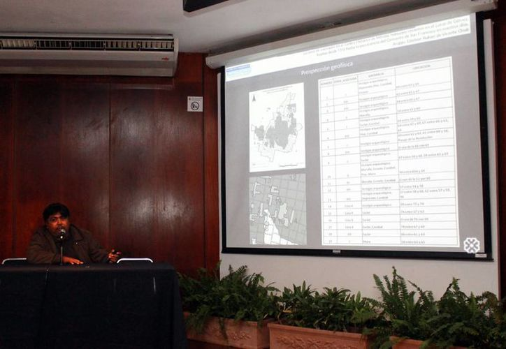 El arqueólogo Esteban Rafael de Vicente Chab, durante su ponencia en el IV Simposio sobre Patrimonio Cultural de Mérida. (Milenio Novedades)