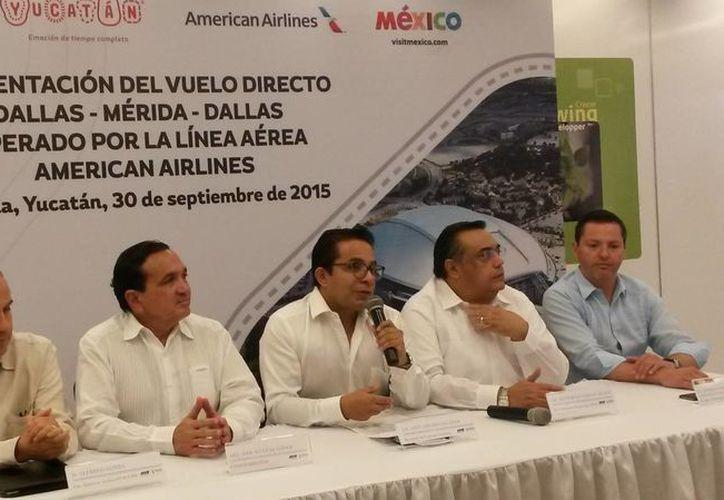 Imagen de la rueda de prensa con representantes de las autoridades yucatecas y empresarios de American Airlines. (Ana Hernández/SIPSE)