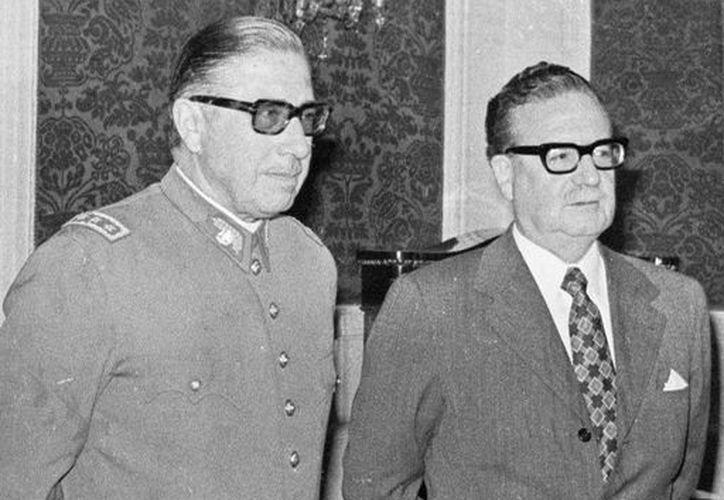 El general Augusto Pinochet (i) quien derrocó al gobierno del presidente socialista chileno Salvador Allende (d). (Agencias)