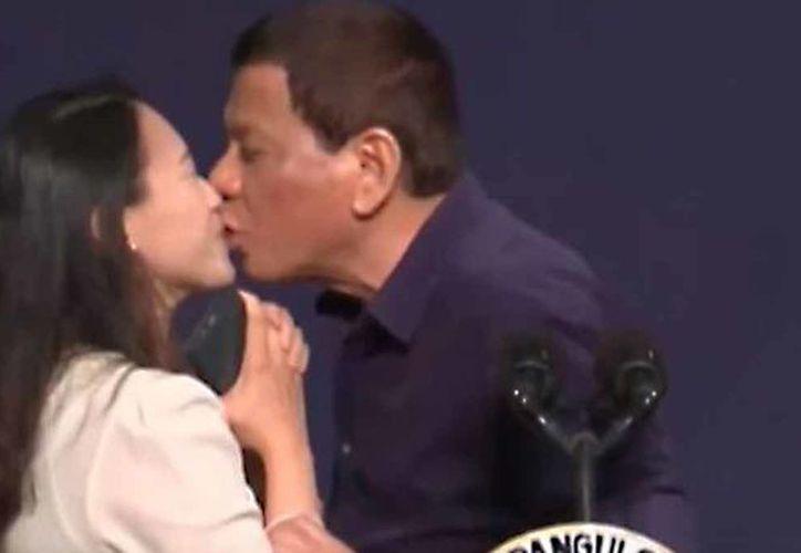 El beso a una trabajadora fue calificado como una muestra del machismo de presidente filipino. (Internet)