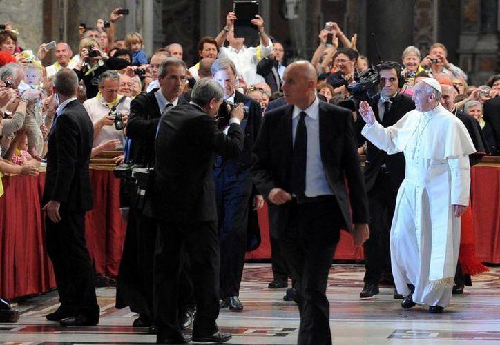 Francisco asiste al acto de conmemoración del 50 aniversario de la muerte del beato papa Juan XXIII, en la Basílica de San Pedro del Vaticano. (EFE)
