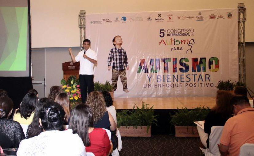 El especialista Carlos Orellana impartió ayer una conferencia en el Congreso Internacional de Autismo y A.B.A, en el Centro de Convenciones Yucatán Siglo XXI. (Jorge Acosta/Milenio Novedades)