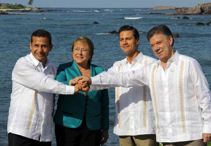 Los presidentes de los cuatro países que conforman la Alianza del Pacífico: Ollanta Humala, de Perú; Michelle Bachelet, de Chile; Juan Manuel Santos, de Colombia y Enrique Peña Nieto, de México, se comprometieron a priorizar los trabajos con los 32 países observadores, para que puedan incorporarse a la Alianza. (Notimex)