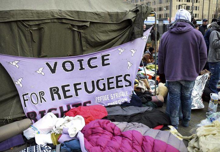 Unos refugiados permanecen en el campamento que han levantado en la Puerta de Sendlinger en Múnich, Alemania. (Archivo/EFE)