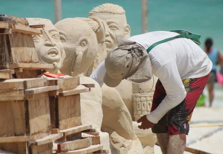 Niños y jóvenes de Playa del Carmen podrán participar en el concurso de figuras de arena este sábado. (Adrián Barreto/SIPSE)