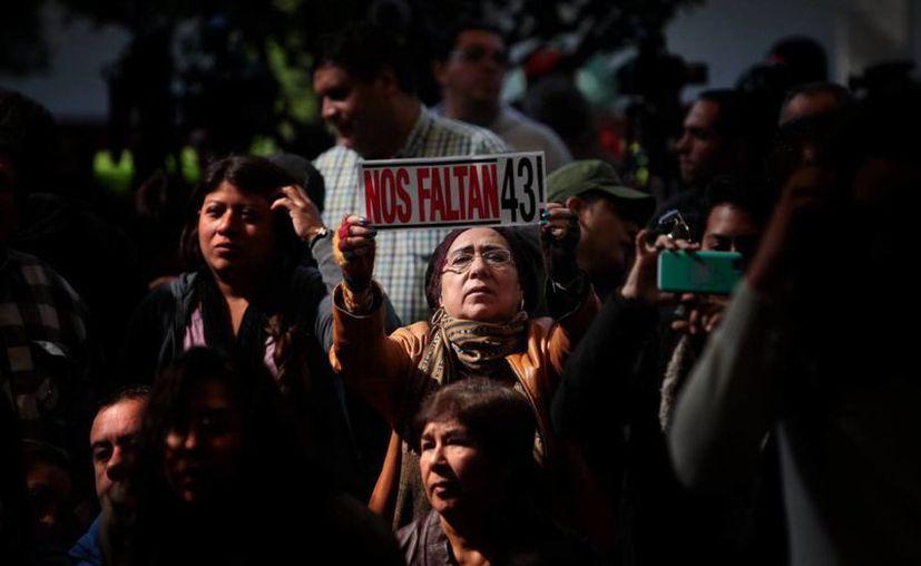 Familiares de los estudiantes desaparecidos de Ayotzinapa y activistas asisten a la entrega del segundo informe del Grupo Interdisciplinario de Expertos Independientes.  (Archivo/EFE)